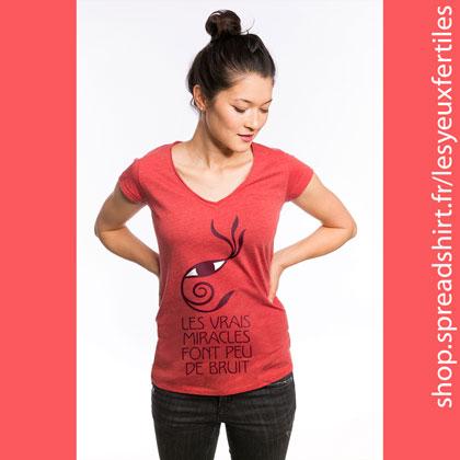 """Les vrais miracles font peu de bruit (une citation de Saint-Exupéry, illustrée avec le motif """"Œil-Végétal"""") - T-shirt femme col en V couleur corail - T-shirts personnalisés homme, femme, enfant et cadeaux personnalisés - Affichez la zen attitude avec les designs Les Yeux Fertiles"""