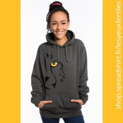 L'Œil du Guépard - Sweat-shirt à capuche Femme gris anthracite - Un design disponible en 4 versions: œil gauche ou œil droit, en une ou deux couleurs à personnaliser. Le dessin stylisé de l'œil du guépard. Svelte, musclé et aérodynamique, ce félin, le plus rapide du monde, est devenu le symbole de vitesse à la course. Il est aussi l'un des plus menacés d'extinction. Affichez-vous avec votre animal emblématique!